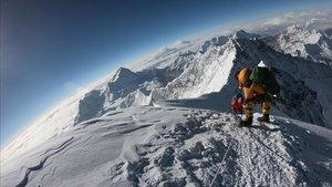 Montañeros ascendiendo por la cara sur del Everest