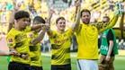 Sergio Gómez saluda a la afición del Dortmund mientras recibe la felicitación de sus compañeros