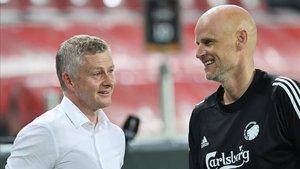 El técnico del United dialogando con su colega del Copenhague