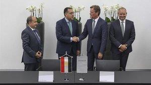 Representantes del gobierno egipcio y Daimler firman su memorando de entendimiento.