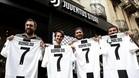 Aficionados de la Juventus posan felices con la camiseta de Cristiano Ronaldo