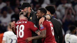 Alberto Moreno se abraza a su entrenador, Jürgen Klopp, tras ganar la Champions