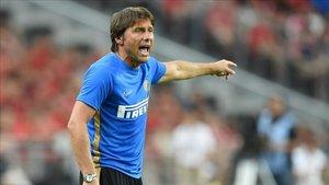 Antonio Conte, impaciente ante la falta de un 9 de élite