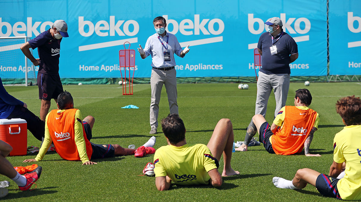 El Barça se entrena con visita de Bartomeu