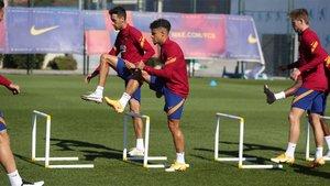 Coutinho y Busquets en el entrenamiento del Barça de este lunes