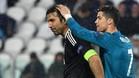 Cristiano Ronaldo consuela a Buffon tras la derrota ante el Real Madrid