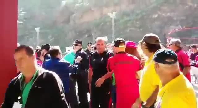Esta fue la salida del equipo arbitral del partido Mensajero-Barakaldo