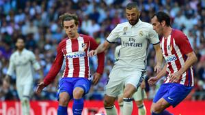 Griezzman, Benzema y Godín durante el Real Madrid- Atlético de la Liga 2016/17