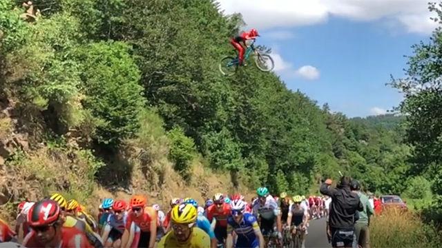 INCREÍBLE: ¡Un joven sobrevuela a los ciclistas durante la etapa!
