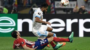Juanfran, en acción durante el partido de este miércoles en Lyon