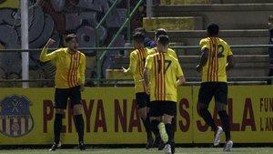 Juanma Miranda celebra con sus compañeros el gol que dio al Sant Andreu el pase a las semifinales