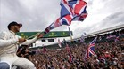 Lewis, celebrando la victoria con miles de aficionados