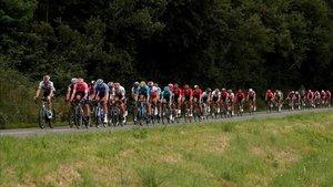 Los ciclistas rodando por la etapa de hoy