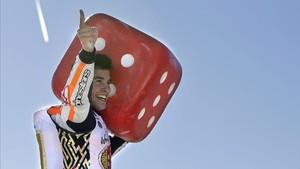 Márquez, celebrando el título con la afición con el ya famoso dado