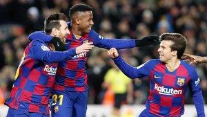 Messi, Ansu Fati y Riqui Puig celebran el tanto del 10