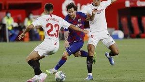 Messi, entre una nube de rivales