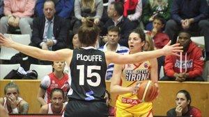 Michelle Plouffe trata de impedir el saque de banda a Beatriz Sánchez