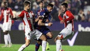 Morales disputa un balón con Íñigo Martinez y Beñat