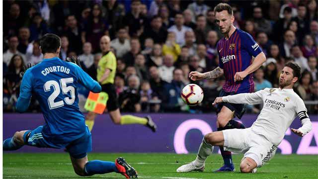 Rakitic dio la puntilla a la liga con una picada sobre Courtois y otra victoria en el Bernabéu