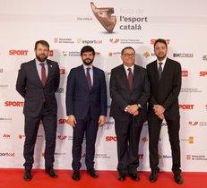Ramon Agenjo, patrono y director del la Fundació Damm, acompañado de Gerard Figueras, Secretari General de l¿Esport, Gerard Esteva, presidente de la UFEC y Ernest Folch, director de Sport.