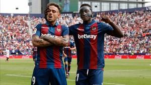 Roger y Boateng durante el derbi ante el Valencia