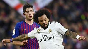 Sergi Roberto y Marcelo, en plena disputa en el último clásico