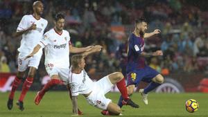 Steven Nzonzi, Sergio Escudero y Simon Kjaer persiguen a Leo Messi en la final de la Copa del Rey 2017/18