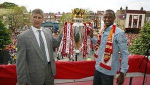 Wenger y Vieira con la Premier League ganada en la temporada 2003/2004