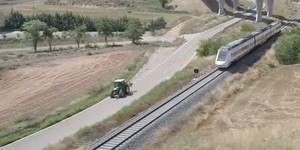 Un tractor y un tren, frente a frente