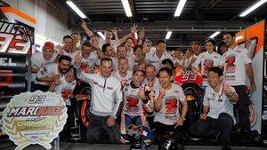 La fiesta de Márquez empezó en el box de Honda