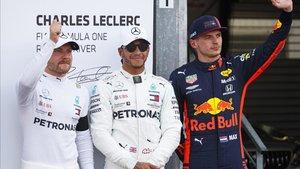 Hamilton y Bottas junto a Verstappen