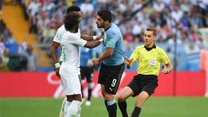 El árbitro Turpin se las tuvo con Luis Suárez