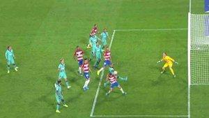Arturo Vidal comete penalti por tocar el balón con las manos