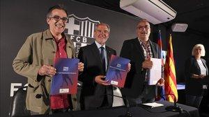 Carles Gallén, autor de la obra, junto a Ramon Pons, presidente de la Associació de Veterans y el directivo Jordi Argemí