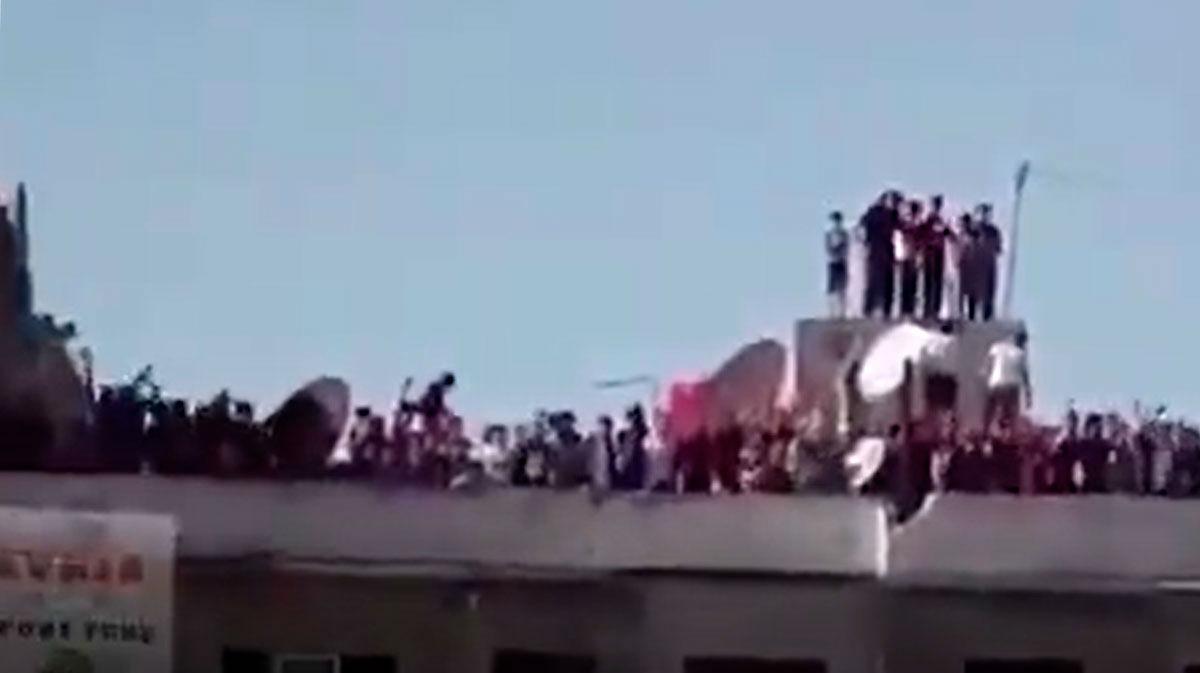 ¡Concentración masiva en la terraza de un edificio para ver el fútbol! El vídeo más surrealista que llega desde Siria