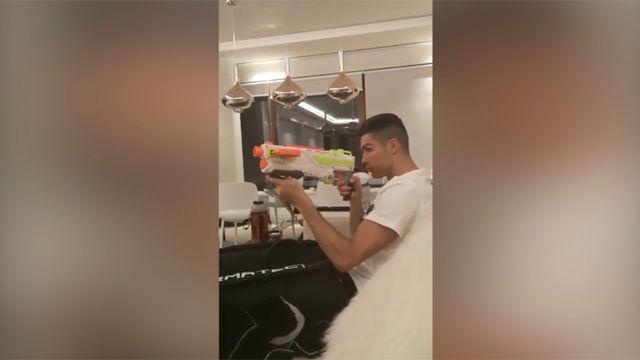 Cristiano pone a prueba su puntería con la pistola de su hijo