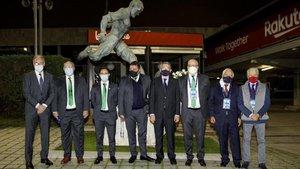 La foto de familia entre los representantes del FC Barcelona y del Ferencvaros ante la estatua de Kubala