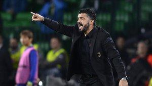 Genaro Gattuso en el banquillo dirigiendo al Milan
