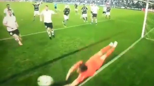 ¡La increíble doble parada de portero del Corinthians!