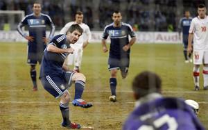 Leo Messi lanza el penalti en el amistoso entre Suiza y Argentina del 29 de febrero de 2012
