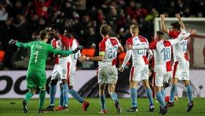 Los jugadores del Slavia celebran el pase a cuartos ante el Sevilla