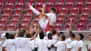 Los jugadores del Stuttgart mantean a Mario Gómez tras su último partido como profesional.