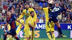 Los jugadores de Espanyol y Huesca pugnan por un balón aéreo