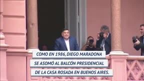 Maradona se asomó al balcón de la Casa Rosada