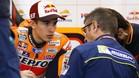 Márquez habla con un técnico de Michelin