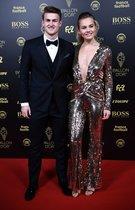Matthijs de Ligt y su novia Annekee Molenaar llegan a la gala del Balon de Oro France Football 2019 en el Chatelet Theatre en Paris.