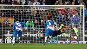 Momento en el que Diego López detuvo el penalti a Leo Messi durante el RCD Espanyol-FC Barcelona de Copa del Rey