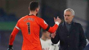 Mourinho felicitando a Hugo Lloris, tras mantener la portería a 0 contra el Chelsea