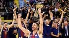 Navarro, capitán del Barça, celebra el triunfo copero