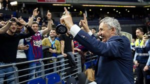 Pesic celebrando con los aficionados azulgranas el título en Madrid